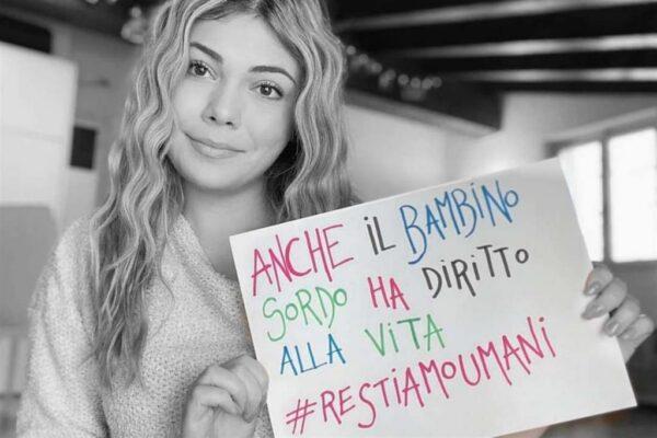 Censurata dal sindaco di Reggio Calabria ragazza sorda per un manifesto pro-vita.