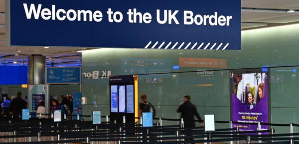 """Questo è il Brexit. Nuovi casi di italiani ed europei detenuti alla frontiera ed espulsi come migranti illegali: """"Umiliati e sotto shock"""""""