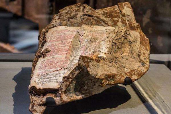 Una bibbia emersa dall'inferno delle Torri Gemelle